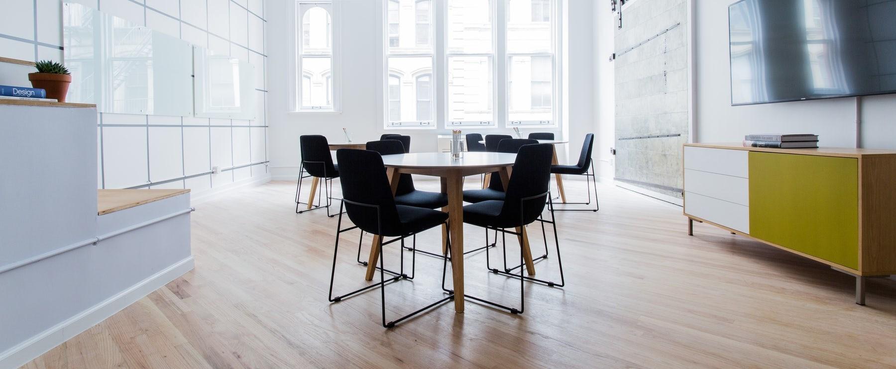 Salle de reunion lumineuse avec 3 tables