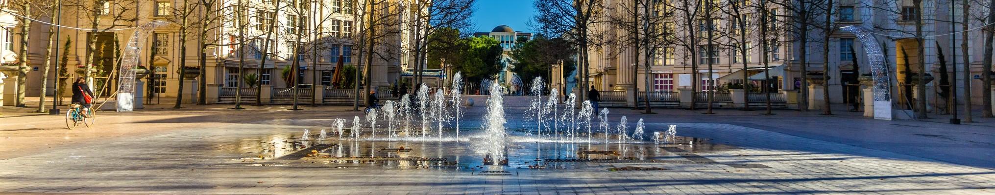 Place avec fontaines à Montpellier