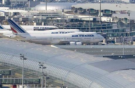 Aéroport Charles de Gaulle de jour avec avions Air France