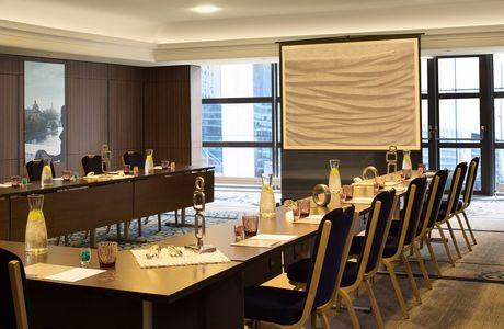 Petite salle de séminaire de l'hôtel renaissance de la Défense