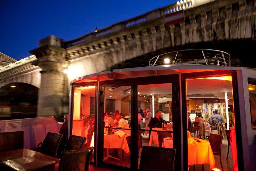 VIP Paris Yatch Hôtel - Terrasse de nuit