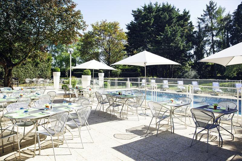 Novotel Poissy Orgeval - Terrasse au bord de la piscine 2