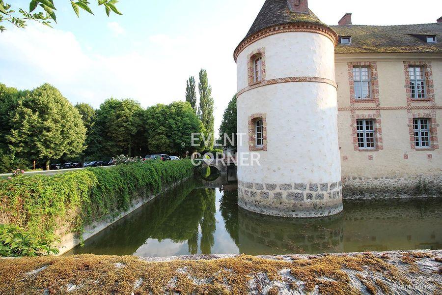 Château de la Cour Senlisse - Château vue tour