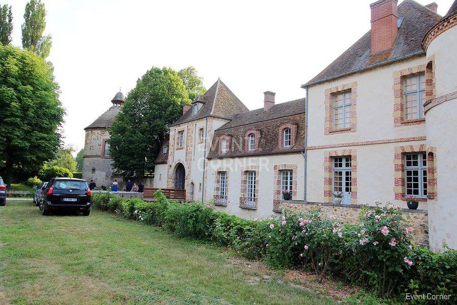 Château de la Cour Senlisse - Château vue latérale