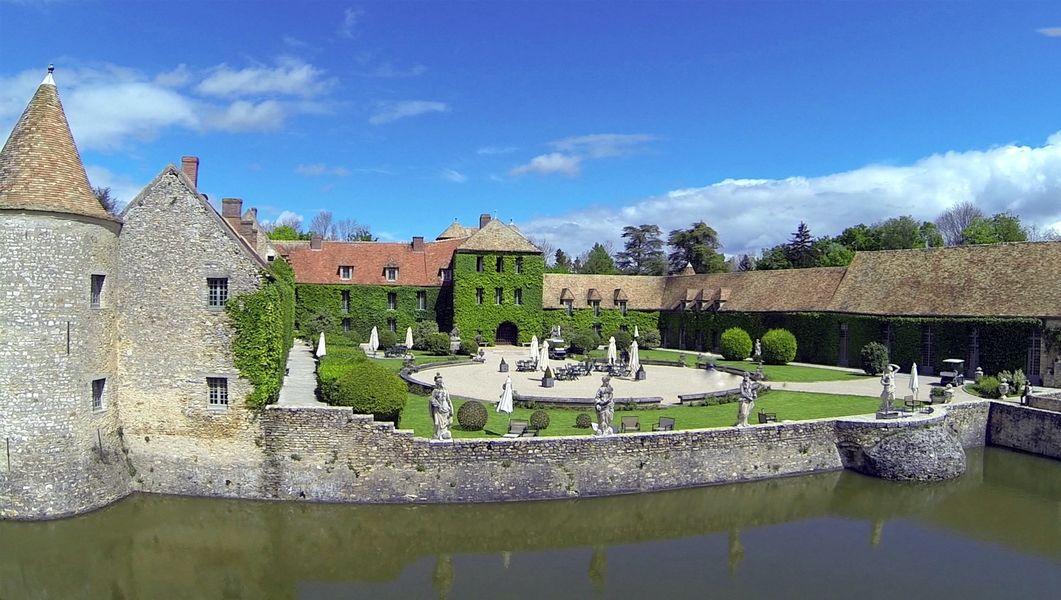Château de Villiers le Mahieu - Cour d'Honneur