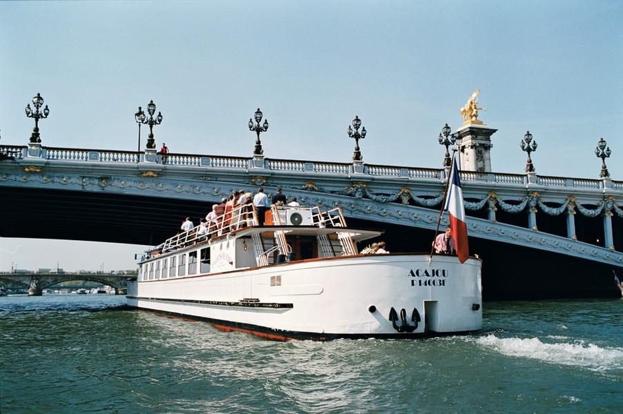 Yachts de Paris Acajou - Le Yacht 1