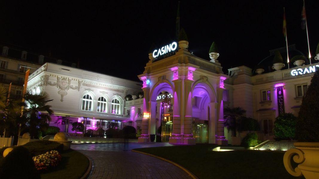 Casino Grand Cercle Aix les Bains - Entrée du Casino de nuit
