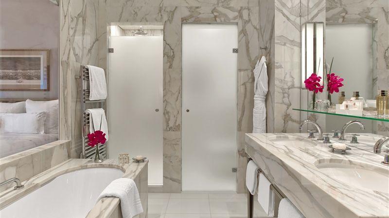 Hotel Plaza Athenee Paris - Chambre Deluxe Salle de Bain