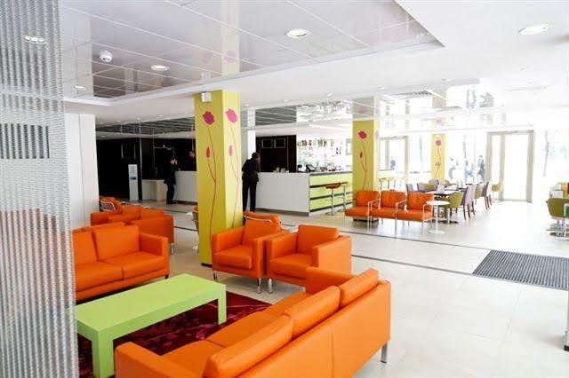 Holiday Inn Express Paris Canal de la Vilette - Hall de réception et bar