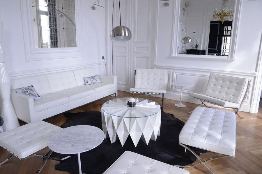 Art Hotel - White room