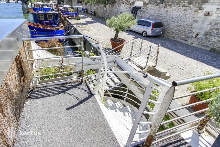 Balle au Bond Escalier vers la Terrasse