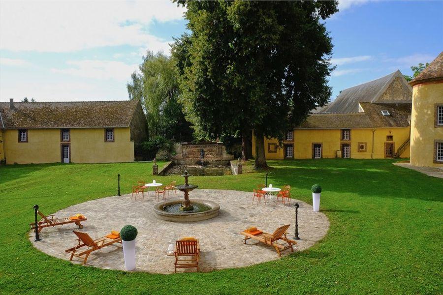 Le Château de Vaugrigneuse La Cour d 'honneur