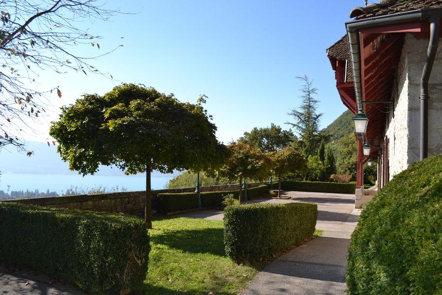 Château de Menthon Saint-Bernard La terrasse et le lac