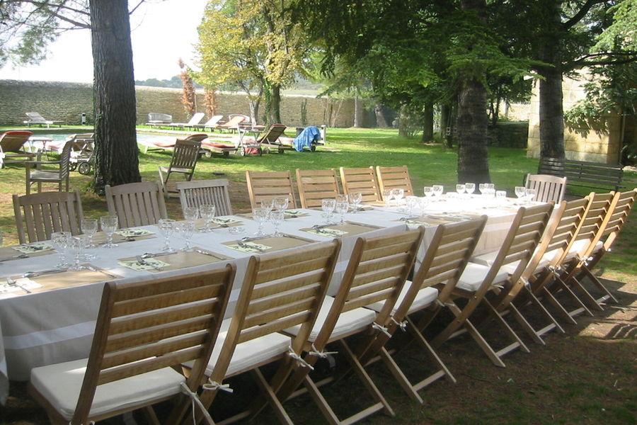 LE DOMAINE DES ESCAUNES Table dans le jardin
