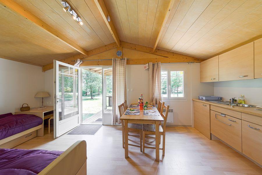 Domaine de Miraval coin cuisine et salon mis en 2 couchages