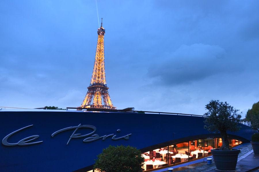 Le Paris Cadre face à la Tour Eiffel