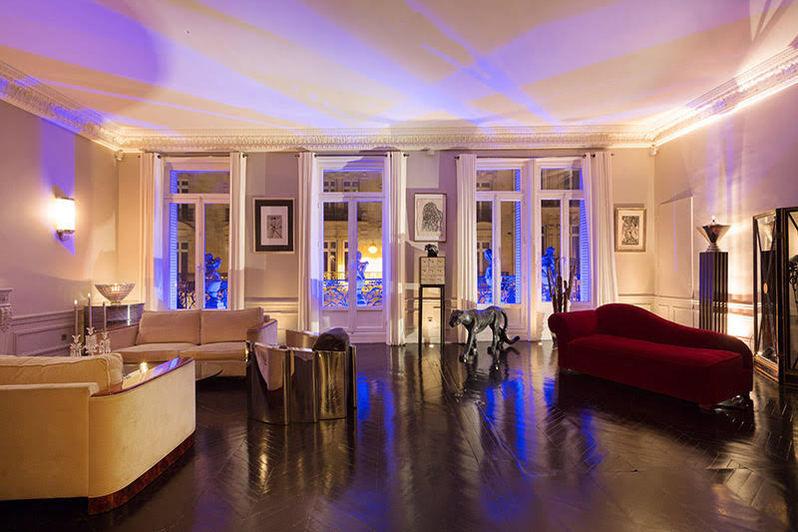 Le Triangle d'or Le salon de recetion de 60M2 avec 4 mètres de hauteur sous plafond equipé lumières d'ambiance equipée d'un son Bosee