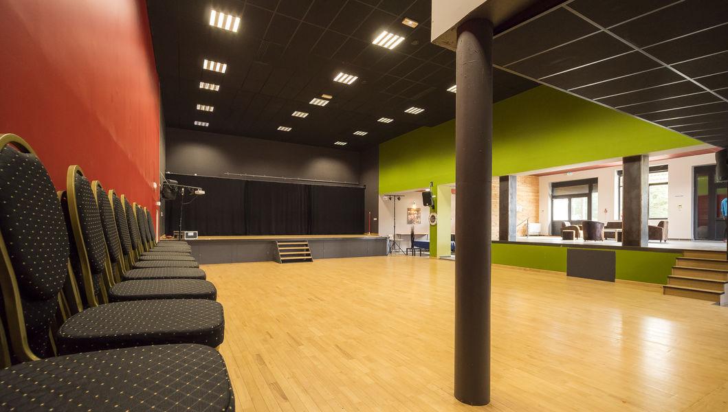 La Ruche Grande salle  avec un coin bar et espace lounge  330m2
