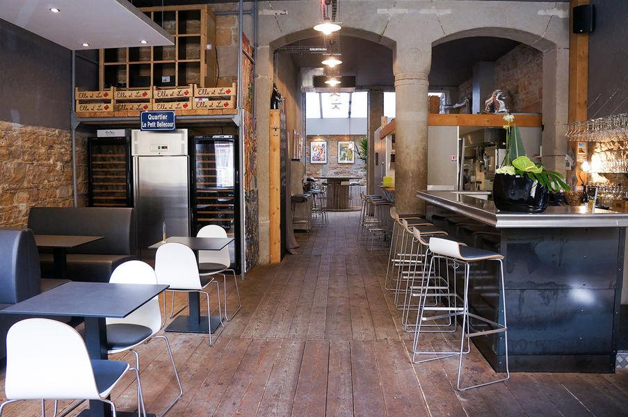 L'Encart - Restaurant & Wine style Lieu vu de l'entrée / Espace principal avec bar + salle du fond sous la verrière