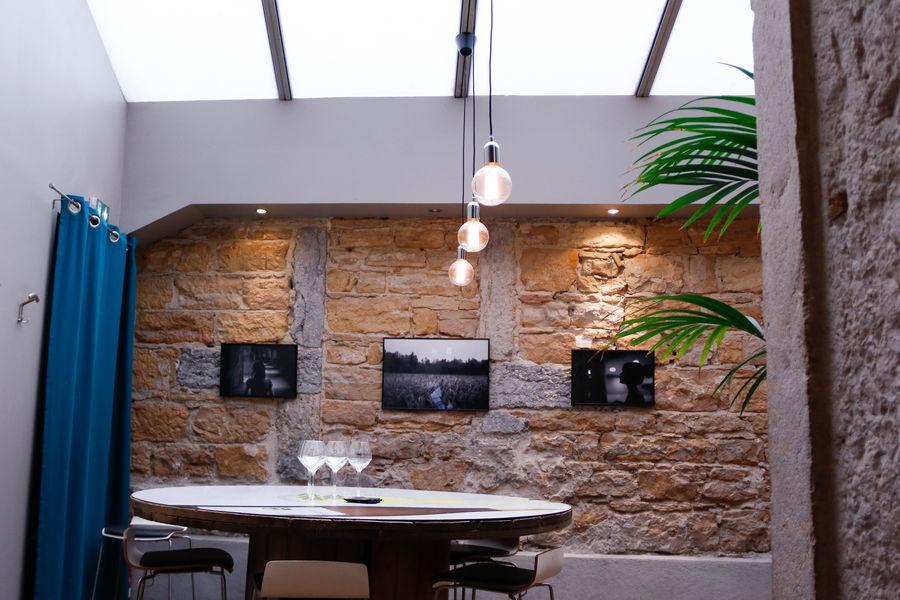 L'Encart - Restaurant & Wine style Salle sous la verrière, table ronde 8 places