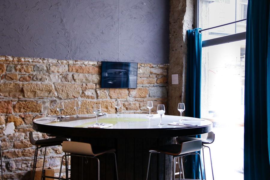L'Encart - Restaurant & Wine style Espace principal, table ronde 12 places