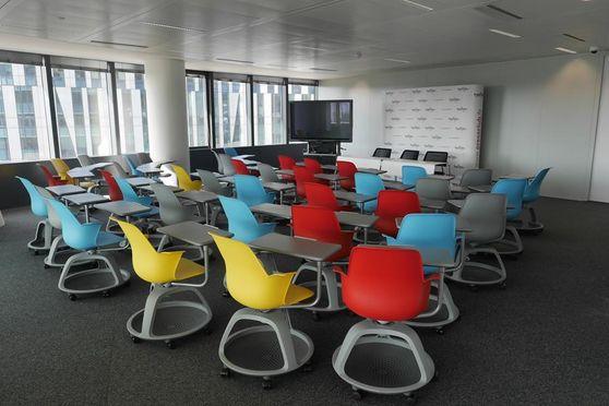 """LA """"NEWS ROOM"""" : idéale pour les conférences et journées d'étude Son mobilier design donne du peps à votre événement. D'une superficie de 70 m², l'espace est entièrement modulable et peut accueillir jusqu'à 40 personnes"""
