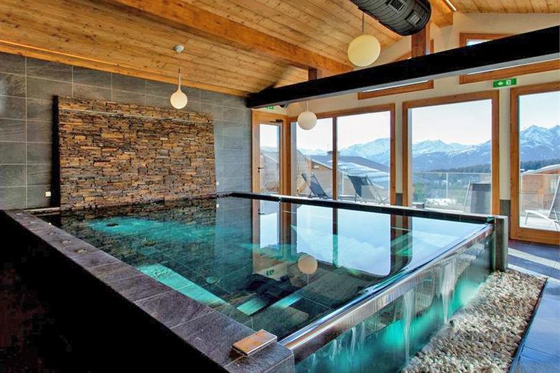 Village les Armaillis SPA à bassin avec débordements et nage contre courant, sauna, hamman, douche sensorielle, cabine soins.
