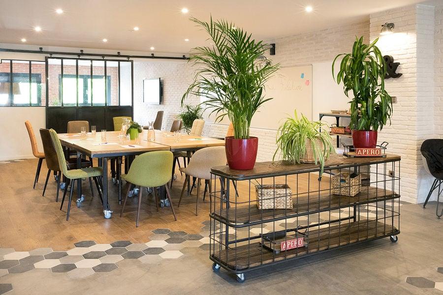 La Filature Parcours Réunion,  configuration des tables en carré pour accueillir jusqu'à 16 personnes.