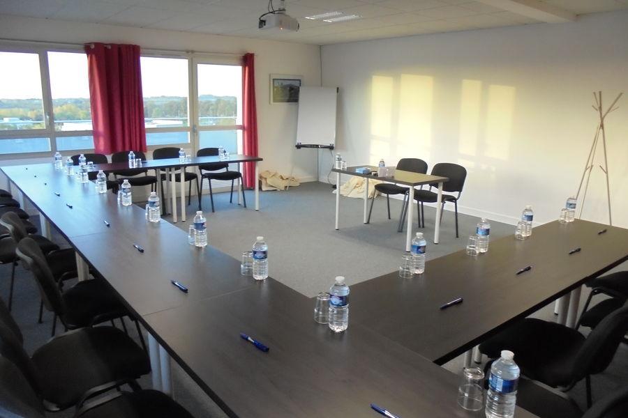 AviaSim Caen Salle de réunion donnant sur terrasse privative de 50 m² avec vue panoramique