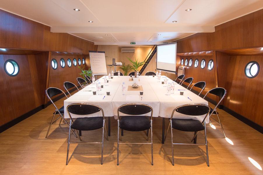 Lyon City Boat - Croisières privatives Disposition table de direction
