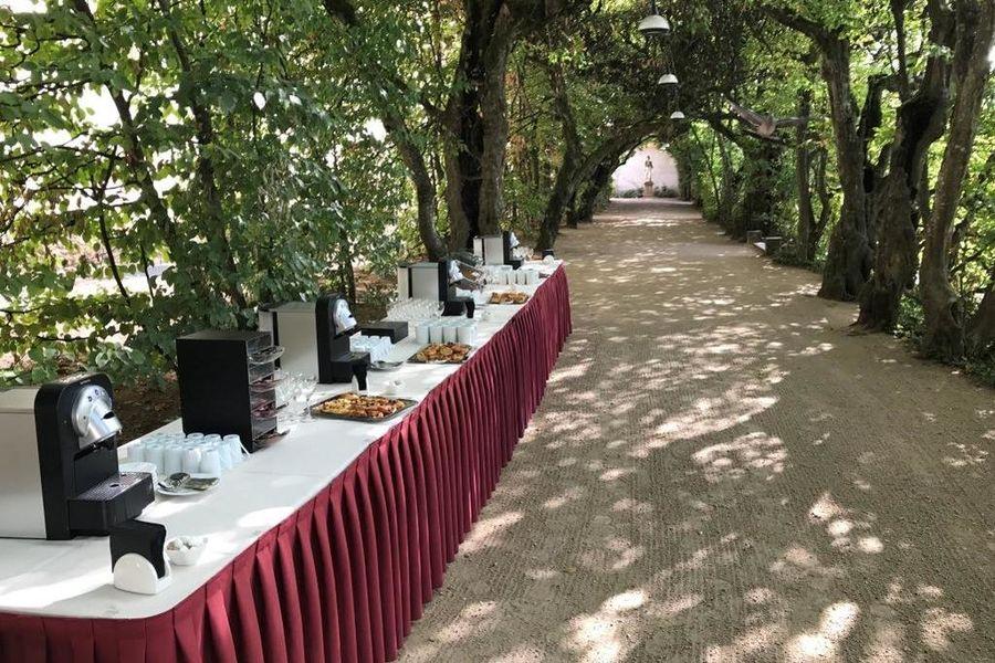 Château de Pizay **** Pause café dans l'allée des charmilles