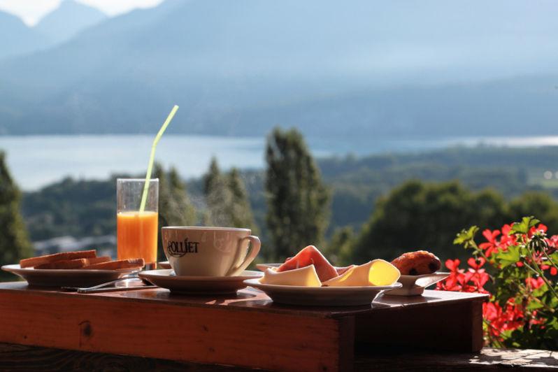 Neaclub les Balcons du lac d'Annecy Petit-déjeuner en terrasse
