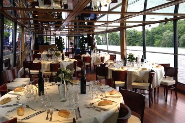 Rive Droite salon panoramique en repas assis en tables rondes