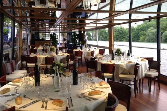 Bateau le Rive droite et son salon panoramique en repas assis en tables rondes  de 40 à 80 personnes