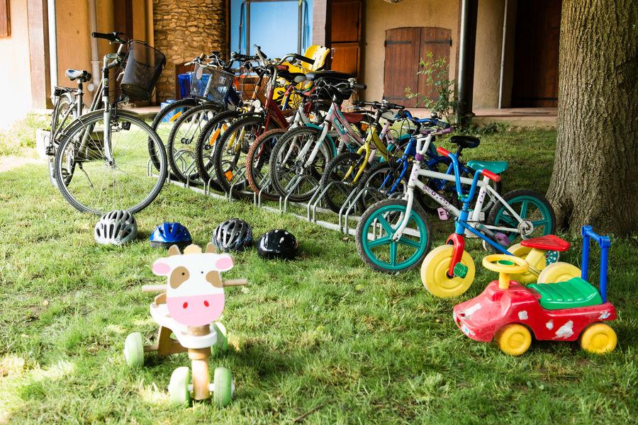 Au Bonheur des Retrouvailles Un parc de vélos de toutes tailles, dont 4 adultes