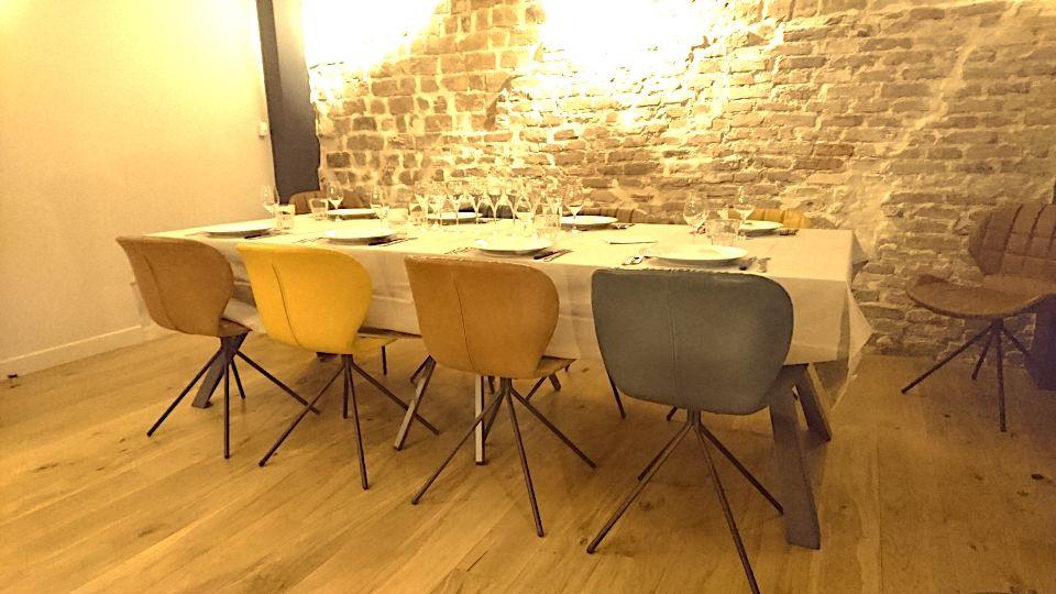 Espace polyvalent au coeur du 11ème Table pour diner intime