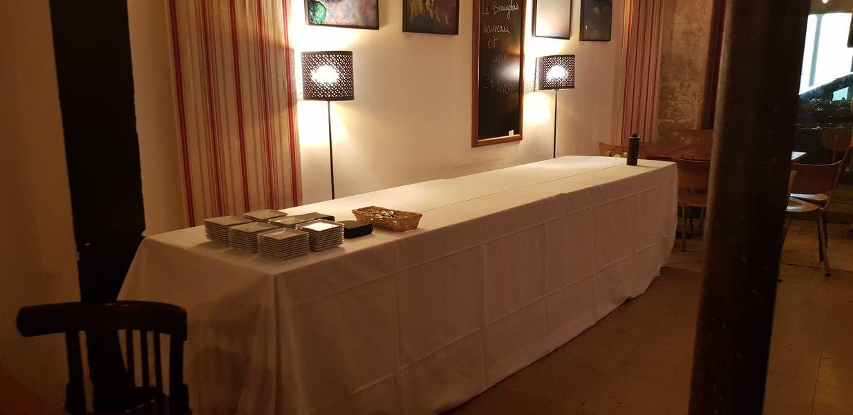 Nord Marais Buffet nappé prêt à recevoir les plats