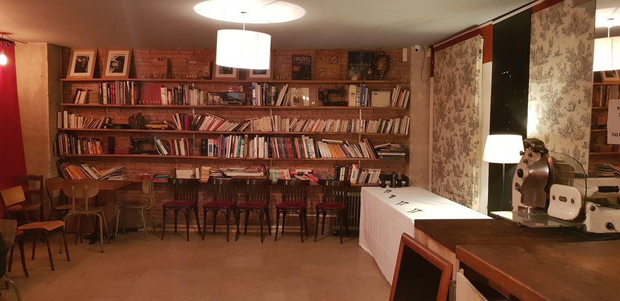 Nord Marais Angle de vue la bibliothèque, rideaux fermés
