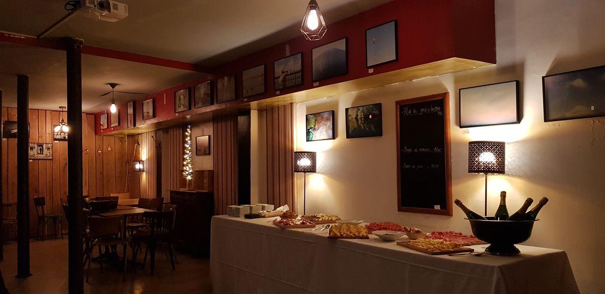 Nord Marais La salle prête à recevoir un cocktail dinatoire, rideaux fermés