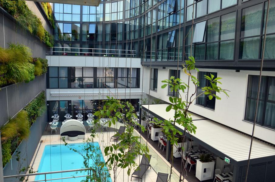 Holiday Inn Toison d'or **** Terrasse et piscine extérieures