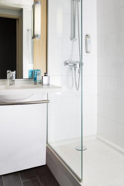 Hôtel Ibis Lyon Gerland Musée des Confluences *** Salle de bain avec douche et sèche cheveux