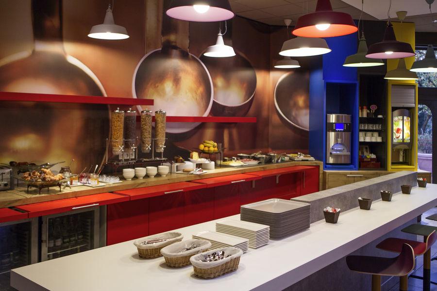 """Hôtel Ibis Lyon Gerland Musée des Confluences *** Restaurant Ibis Kitchen- Petit-déjeuner """"Comme au marché"""" By Ibis, buffet continental"""