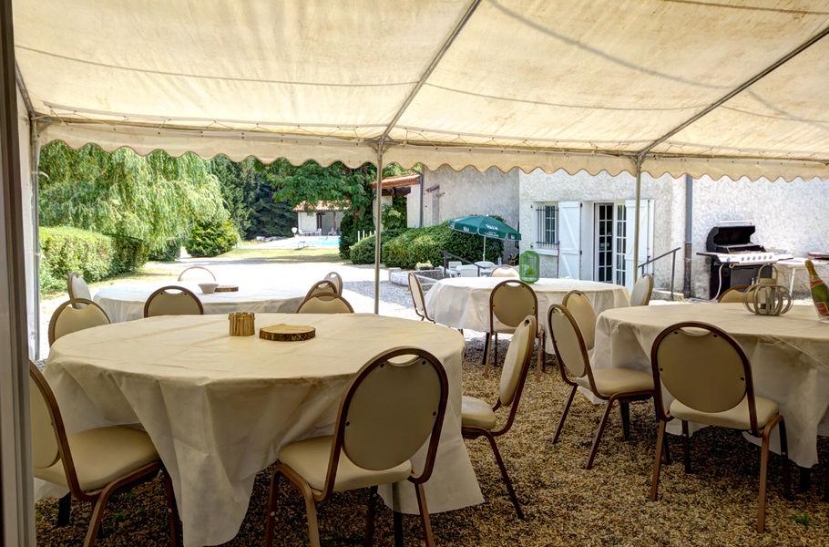 Gite Des Roties ajout possible de chapiteau barnum devant le salle
