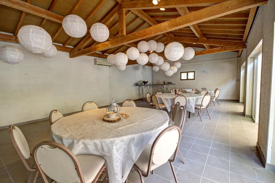 Gite Des Roties à PONCINS 42110 TABLES RONDES 8 personnes