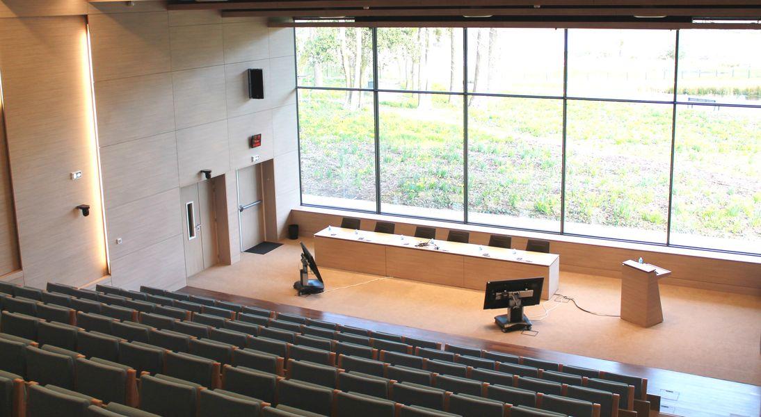Maubreuil Séminaires L'amphithéâtre - les gradins t la table orateur - vue sur le parc