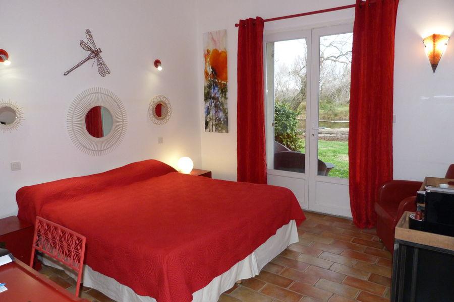 """Mas de Calabrun Chambre avec terrasse """"Libellule rouge"""""""