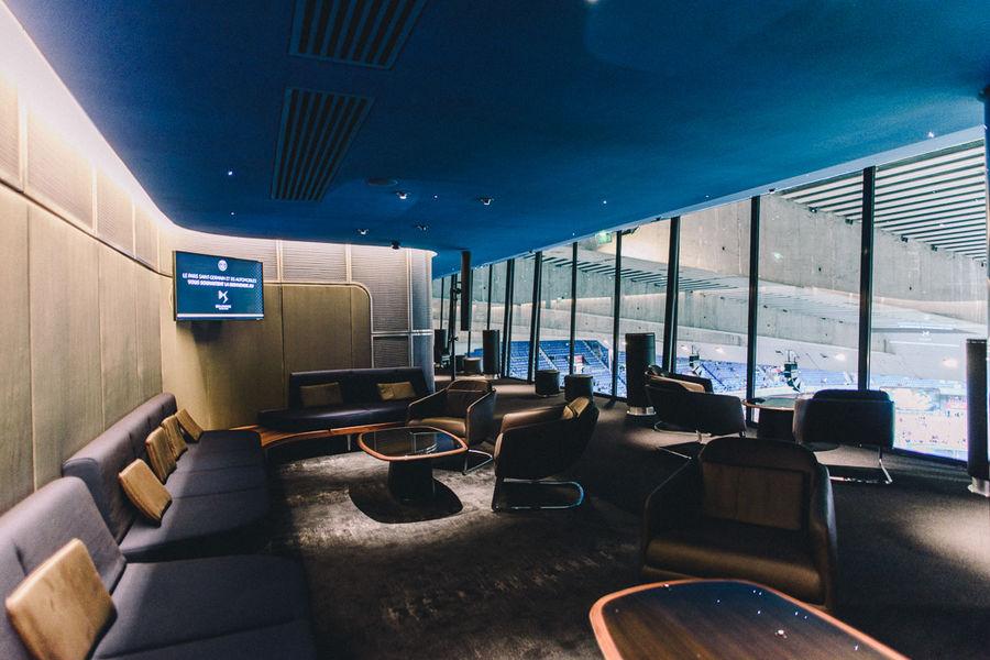 Parc des Princes Salon Skybar situé sous le toit du PArc des Princes avec vue panoramique sur la pelouse
