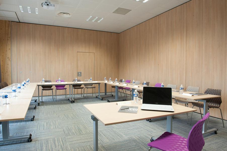 Campanile Limoges Centre Gare Salon 46m² - Coté Jardin en U