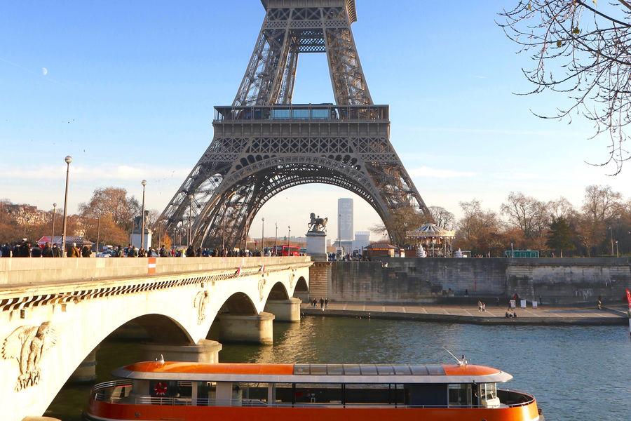 Bateau L'Insolite Bateau L'Insolite en navigation devant la Tour Eiffel