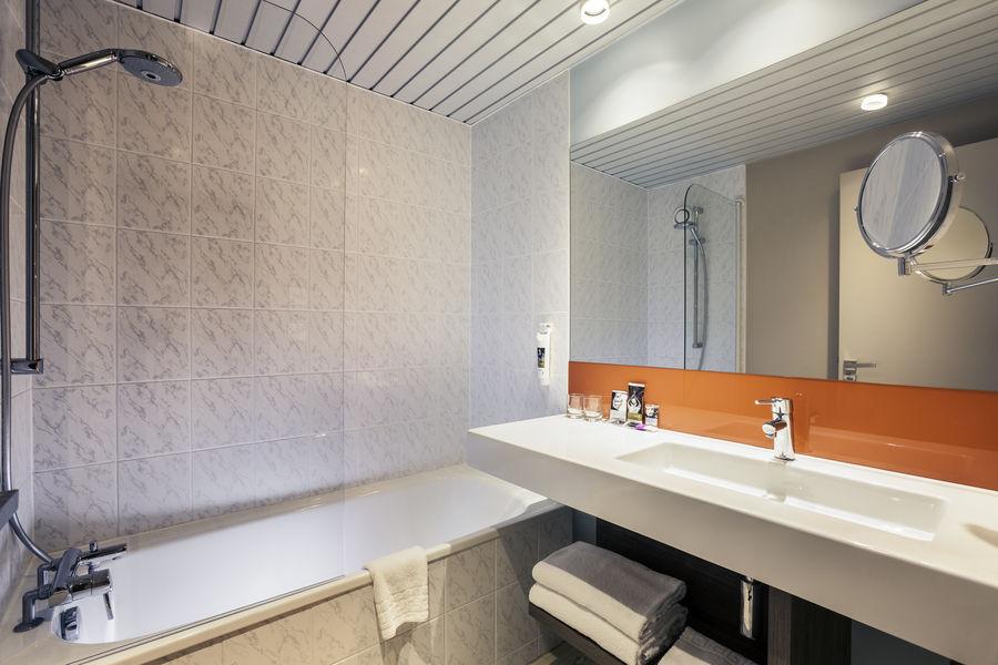 Hotel Mercure Marne la vallée Bussy St Georges Salle de bain avec baignoire